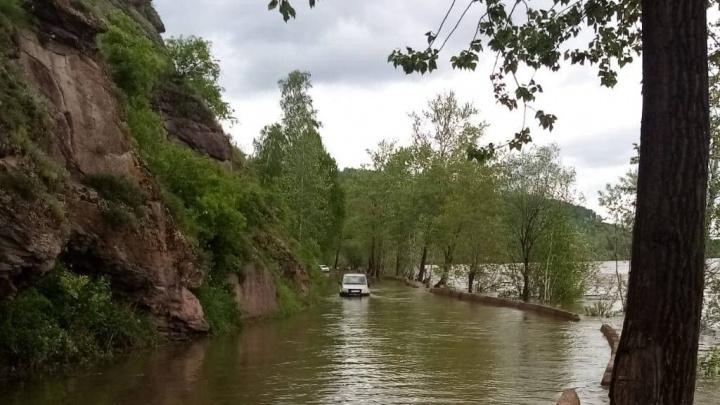 Паводки едва не сорвали ЕГЭ в селе Красноярского края. Вездеход МЧС доставлял членов комиссии на экзамен