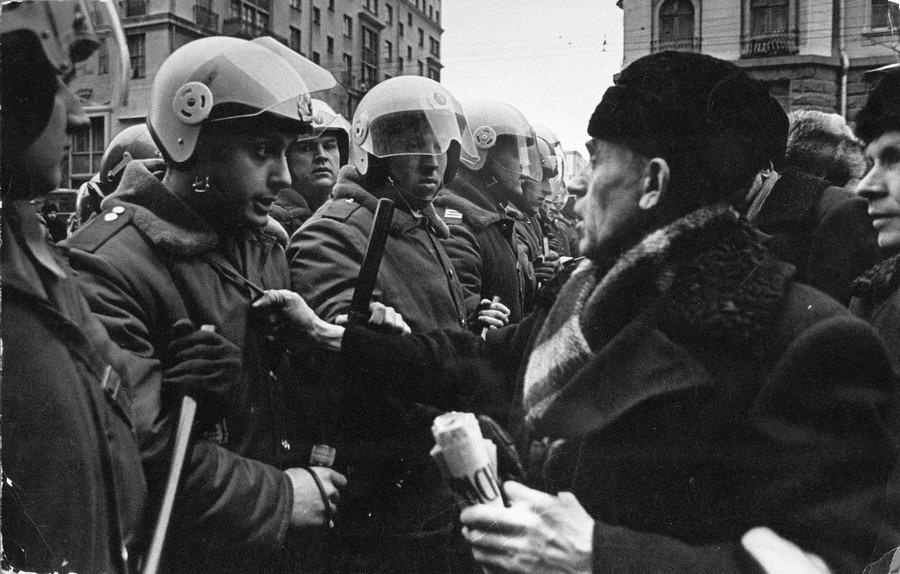Противостояние митингующих с силовиками имеет в России давнюю историю: иногда сказочную, иногда трагичную