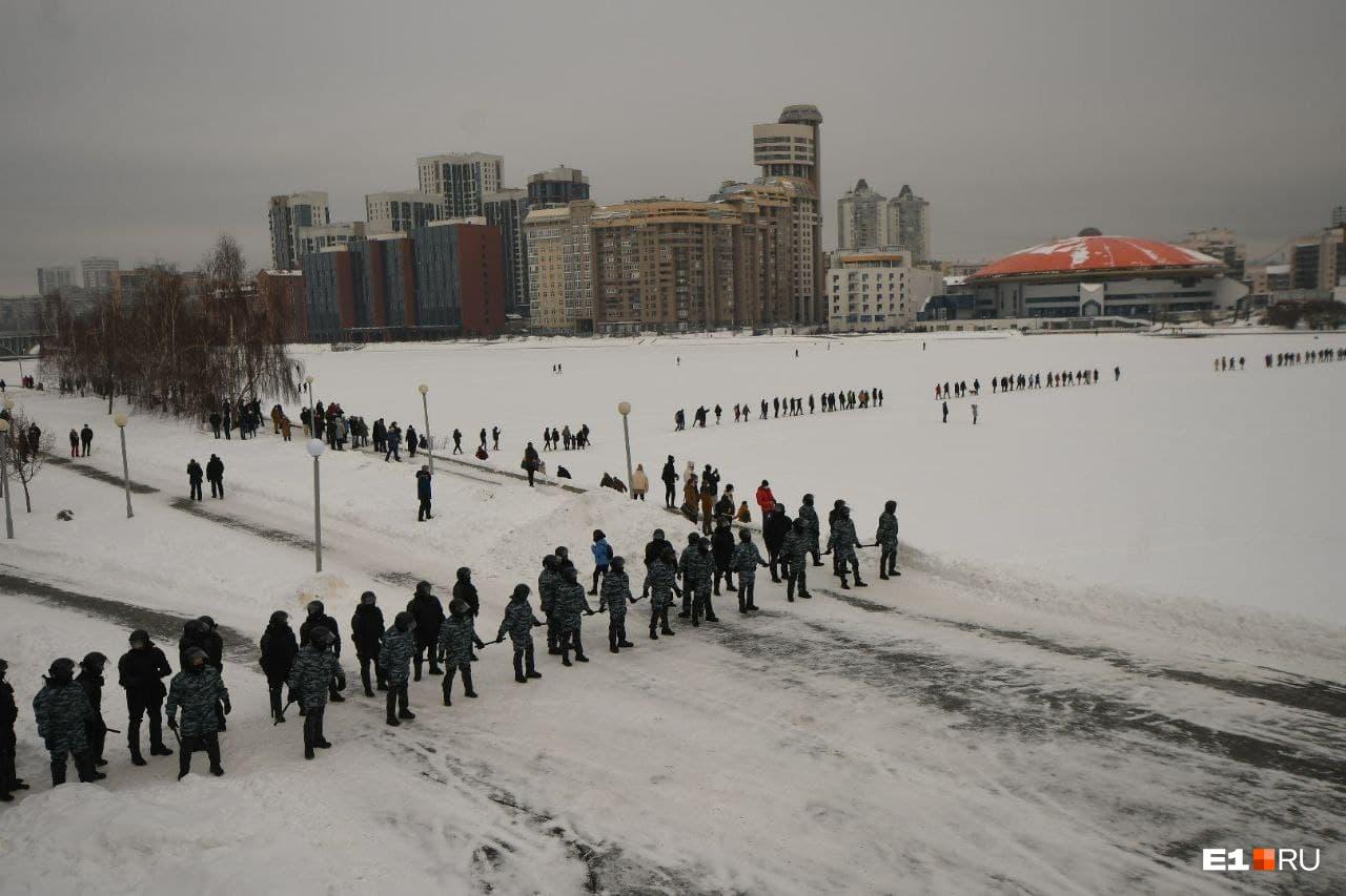 Силовики вытеснили протестующих на лед