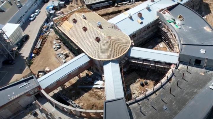 Работают с серпом и молотом: в Самаре начался монтаж крыши здания Фабрики-кухни