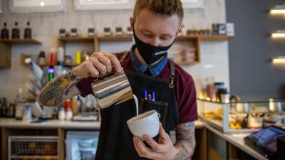 """Как работают в «Академии Кофе»: сотрудники не могут курить и материться, но избранные зарабатывают <nobr class=""""_"""">до 150 тысяч</nobr>"""