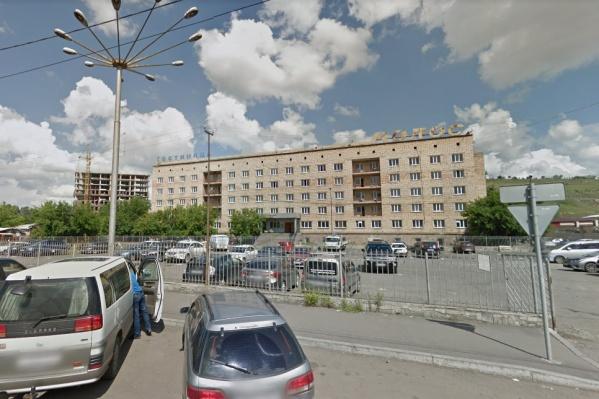 Крупное парковочное пространство рядом с гостиницей возле Центрального рынка