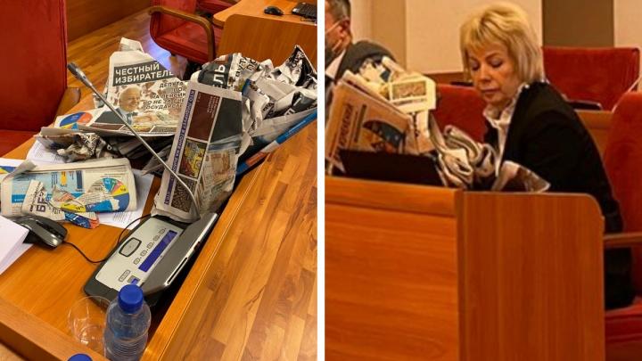 «Черные фейки»: в облдуме депутат-оппозиционер вывалил мусор на коллегу из «Единой России»