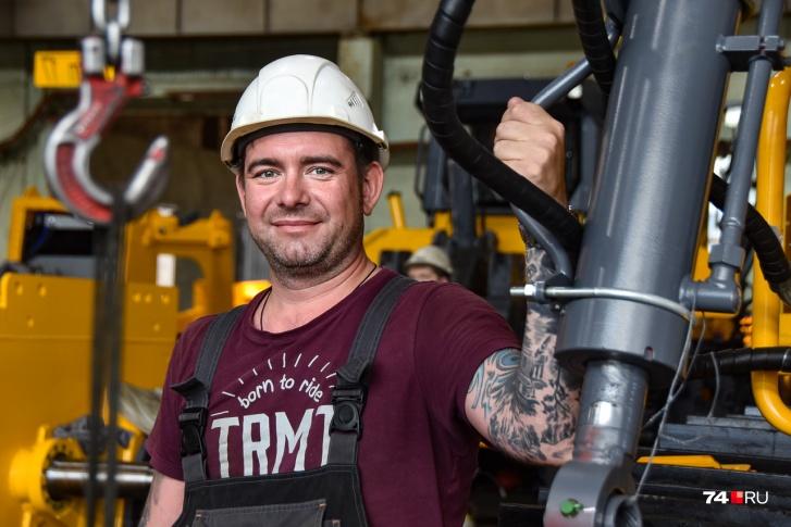 А это Евгений — один из мастеров сборочного цеха, который работает на заводе аж с 2006 года. В то время как раз запускали первое поколение тракторов