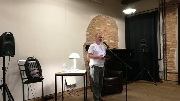«Я — человек закадровый»: в Волгограде прошел эксклюзивный закрытый концерт поэта-сатирика Сергея Плотова
