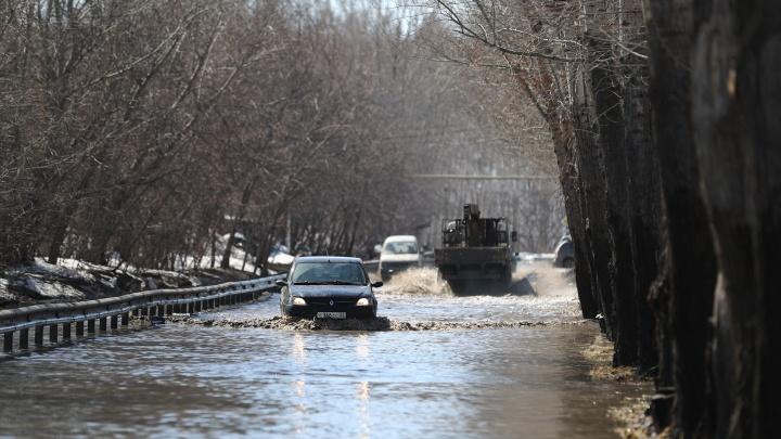 В Новосибирске на улице Варшавской разлилась огромная река — волны разгоняют и легковушки, и спецтехника