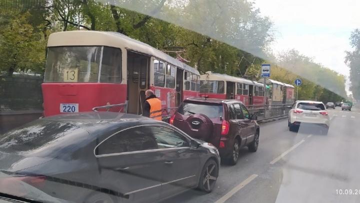 В центре Екатеринбурга трамвай сошел с рельсов и снес ограждение остановки