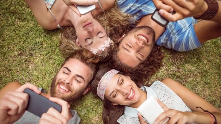 «Без интернета я выпал из жизни»: 5 историй про привязанность к смартфону, в которых многие узнают себя
