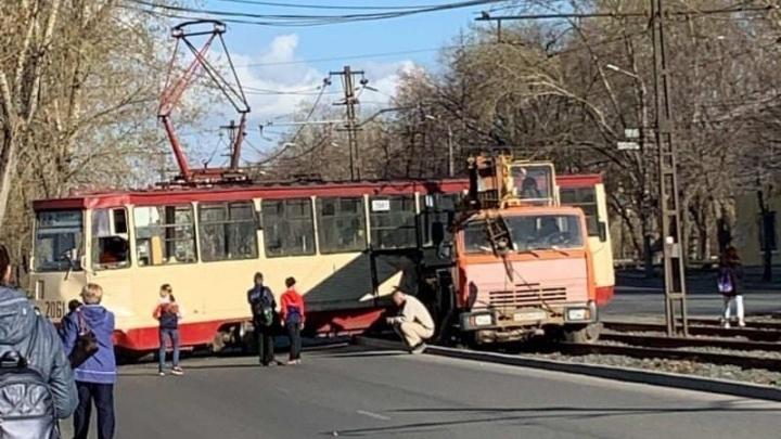 В Челябинске трамвай с пассажирами сошел с рельсов после столкновения с автокраном