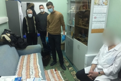 Оперативная съемка — врача задержали после передачи ему очередной взятки