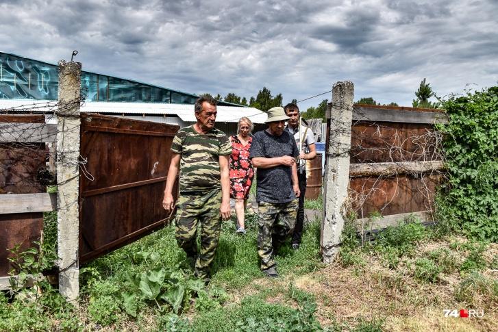 Мы идем на задний двор за огородом Александра Исаева. Его граница — это как раз забор с колючей проволокой