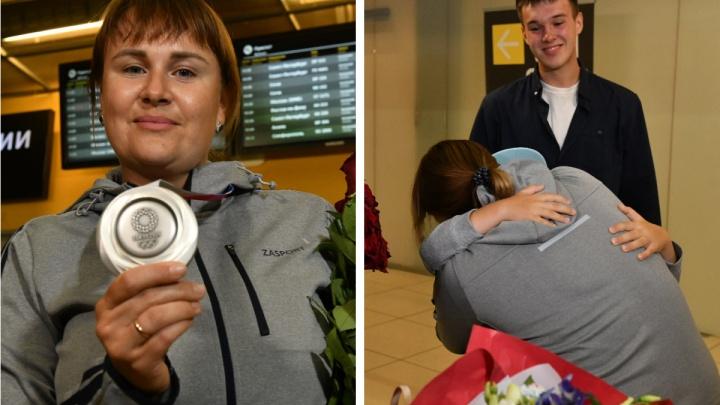«Я уже три месяца не была дома»: в Екатеринбурге встретили лучницу, завоевавшую серебро Олимпиады