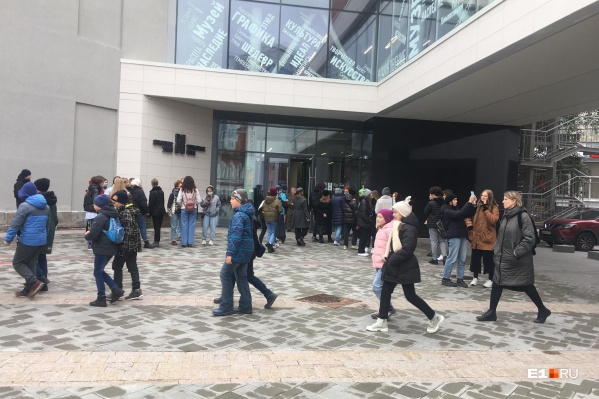 Школьники у входа в «Эрмитаж-Урал»