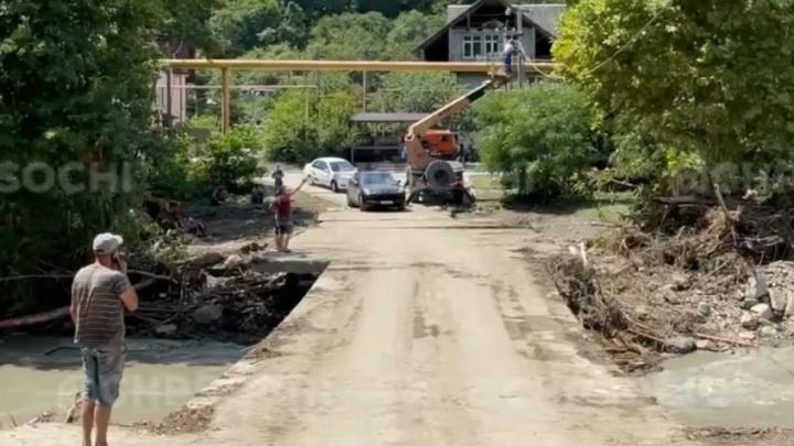 В Сочи нашли тела еще двух пассажиров из машины полицейского, которую смыло в реку