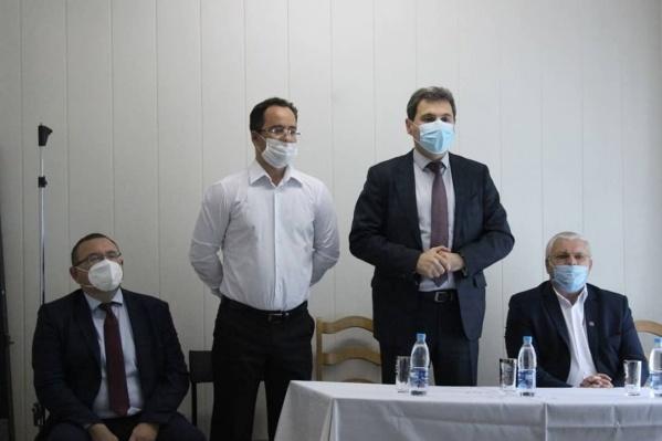 Коллективу ЦРБ нового руководителя (второй слева) представил глава Минздрава Армен Бенян (второй справа)