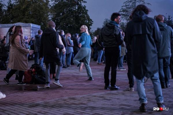 До позднего вечера у Театра драмы будет шумно, так под открытым небом горожане танцевали в прошлом году