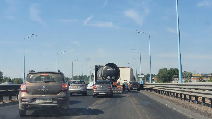 Машины встали: из-за аварии на Юбилейном мосту в Ярославле образовалась пробка