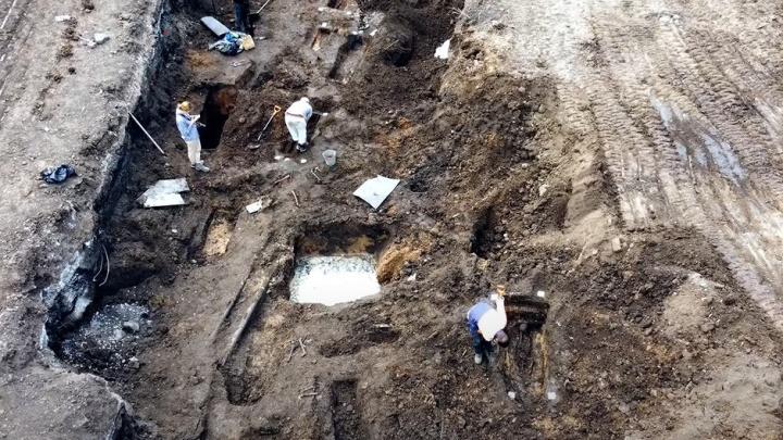 В Самаре около ТЦ «Гудок» раскопали кладбище позапрошлого века