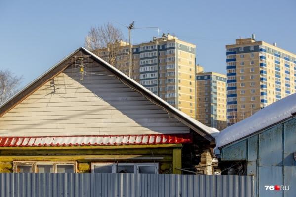 Многоэтажки уже обступили частный сектор