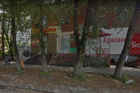 В здании на Карпинского, 21 есть кафе и магазины