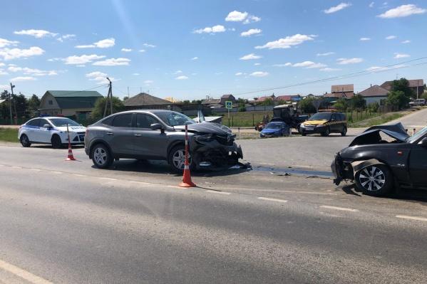 Три автомобиля попали в ДТП на трассе