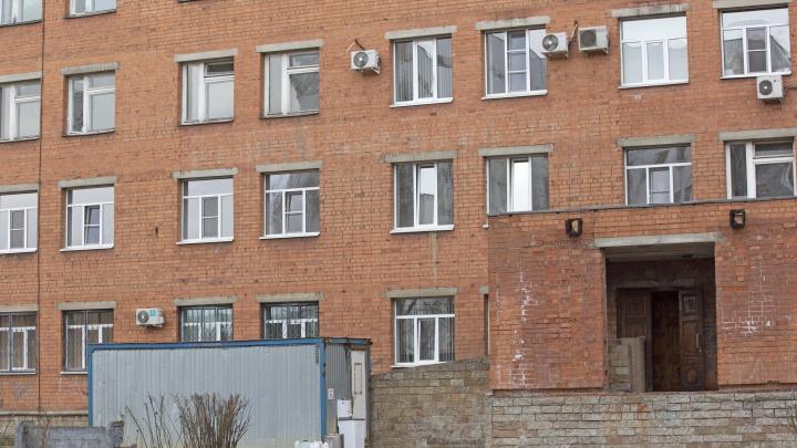 «Спрашивал про маму»: в Ярославле 18-летний парень выпрыгнул из окна госпиталя и сбежал