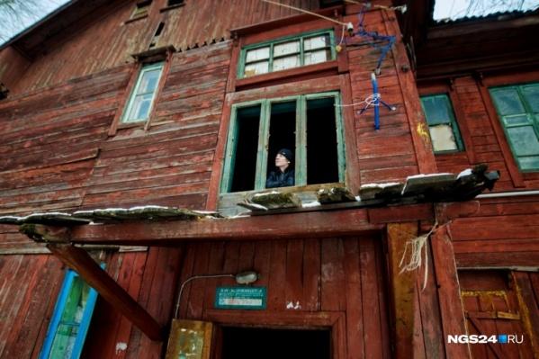 """В Лесосибирске признаны аварийными более <nobr class=""""_"""">300 домов</nobr>, федерация их не расселит даже <nobr class=""""_"""">к 2025 году</nobr>. Но за смерть ребенка в каждом из них ответит, если что, местный чиновник"""
