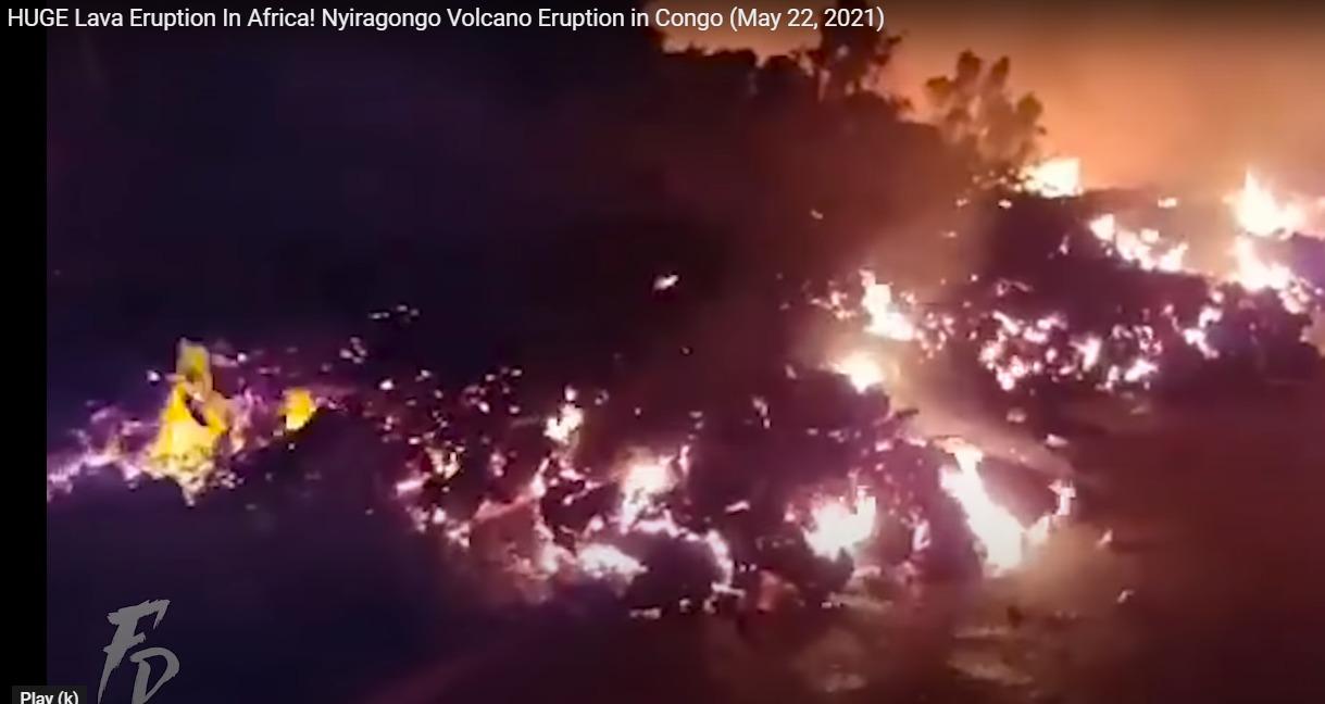 Лава вытекает на дорогу. Кадр из видео в YouTube