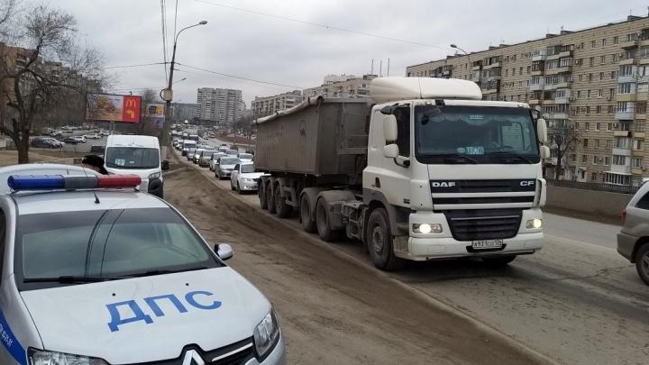 «Всё те же ямы, всё те же пробки»: на юге Волгограда вновь встал мост через ВДСК