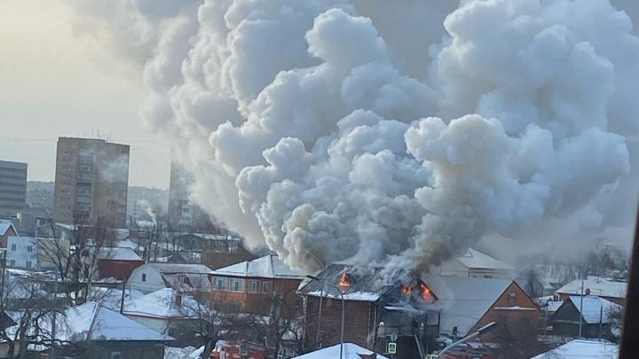 Дым и запах по всей округе: рядом сж/двокзалом горит жилой дом