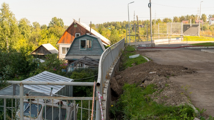 Требует выкупить участок за 10 млн: СФУ не может укрепить опасную подпорную стенку у общежития из-за дачника