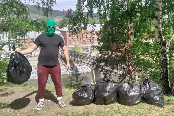 Мужчина собрал на склоне пять мешков мусора