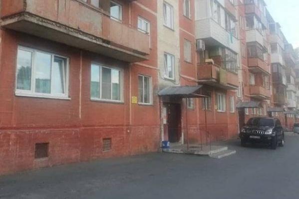 """К женщине приехали сотрудники ПДН и полиция — она пошла за ними, но на <nobr class=""""_"""">1-м</nobr> этаже заперлась в квартире соседки. Из окна именно этой квартиры она выпрыгнула с ребенком, но не удержала его в руках"""