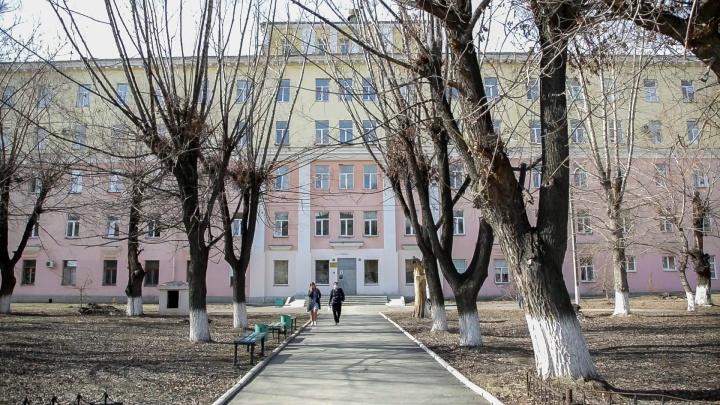 В Челябинске на ковидной базе пациент выпал из окна