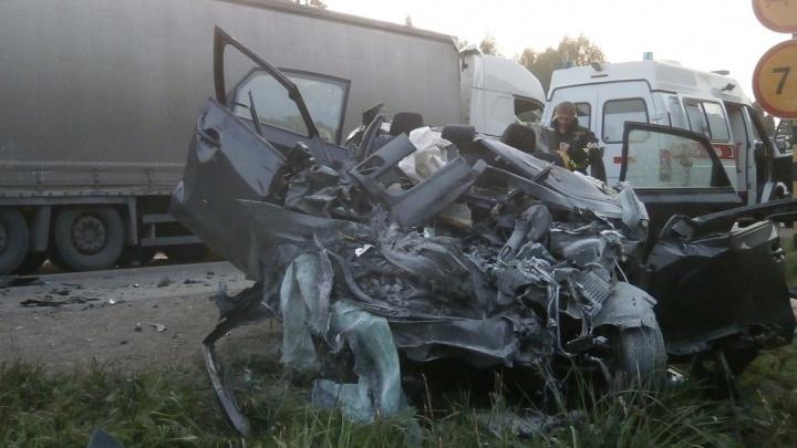 На трассе Пермь — Екатеринбург столкнулись легковушка и фура — три человека погибли