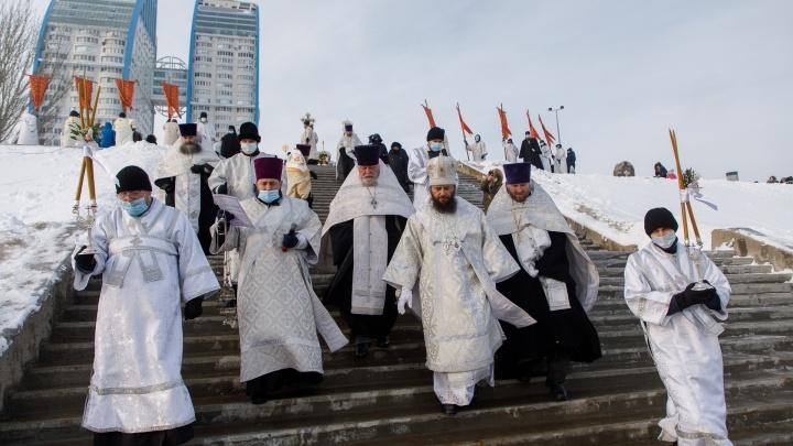 Из-за ремонта набережной пришлось «переехать»: митрополит Волгограда освятил Волгу