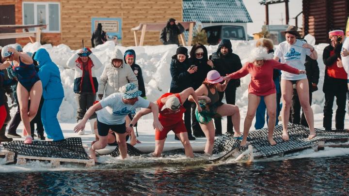 Лед под спортсменами треснул, и часть моржей упала в воду. Репортаж с самого холодного фестиваля в Тюмени