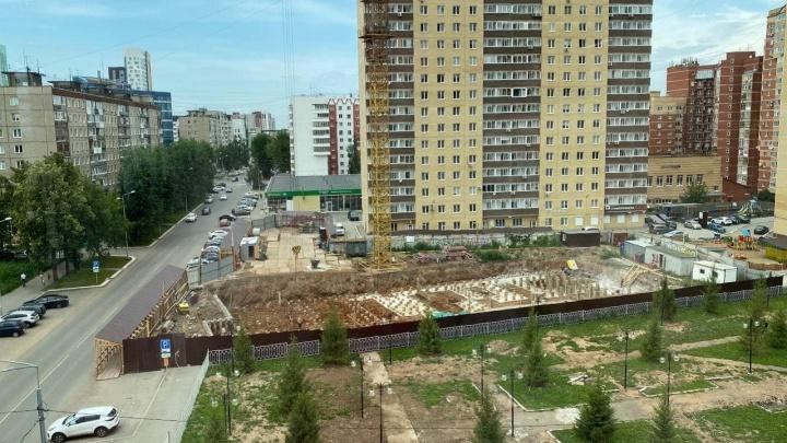 Застройщик многоэтажки в центре Перми захватил часть тротуара и парковку