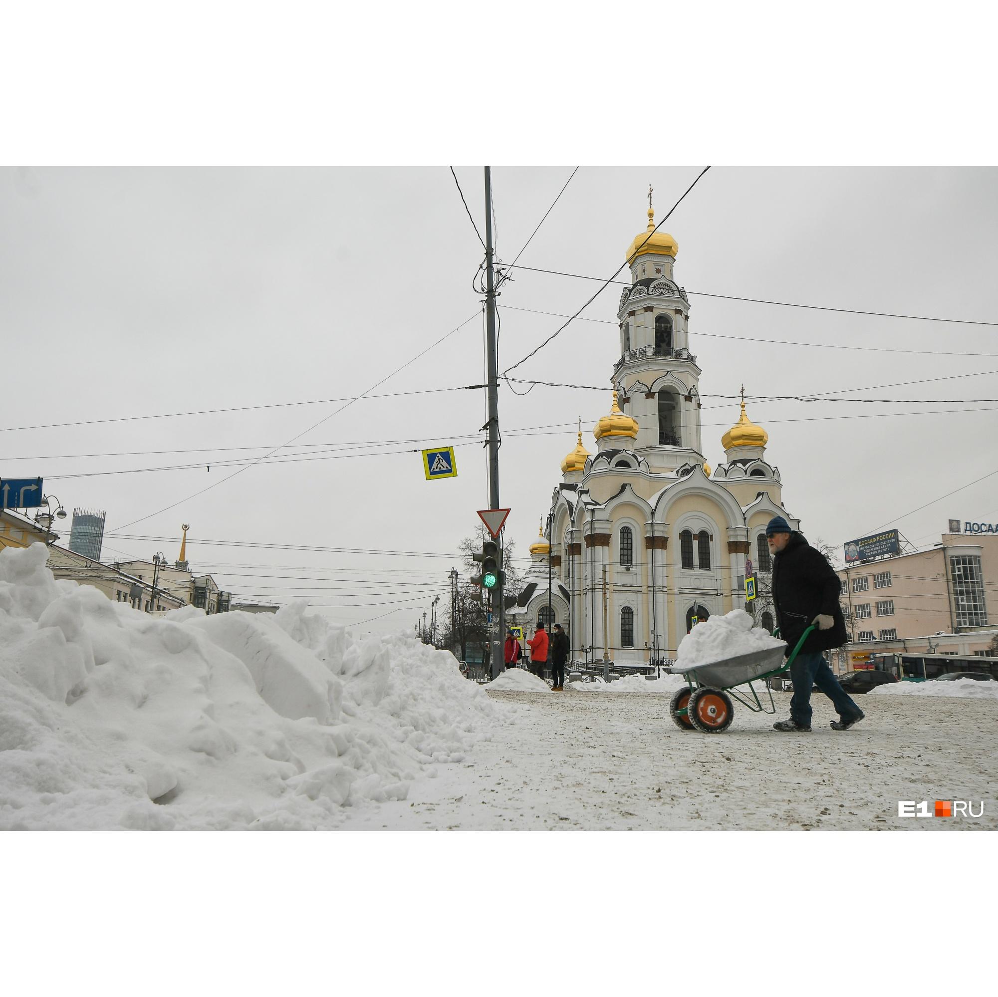 Дедушка убирает снег на улице Малышева