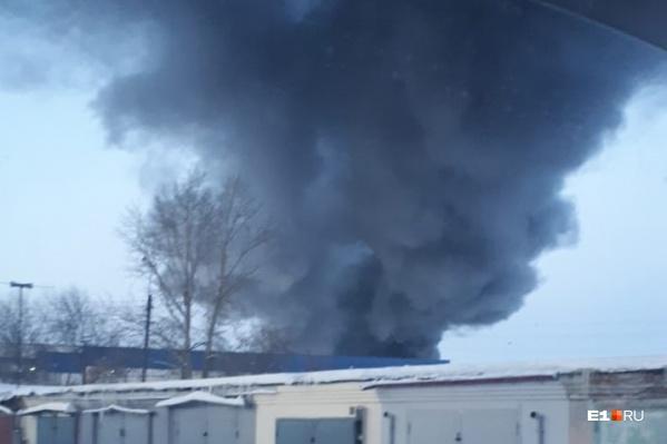 Площадь пожара около 600 квадратных метров