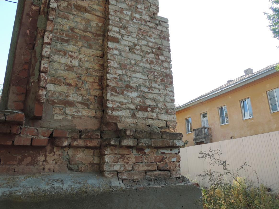 Одну из стен на стройплощадке пришлось разобрать