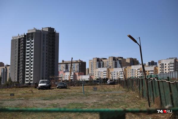 Участок на Салавата Юлаева, где много лет были наземные платные парковки, начали активно застраивать