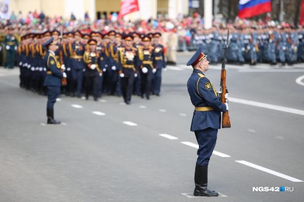 В торжественном шествии приняли участие 19 парадных расчетов