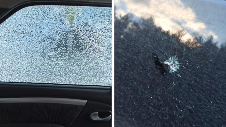 «Когда поравнялись — у меня стекло в сетку»: на выезде из Первоуральска обстреляли еще одно авто