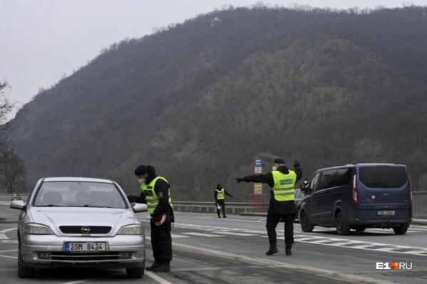 На выездах из Праги стоят блокпосты