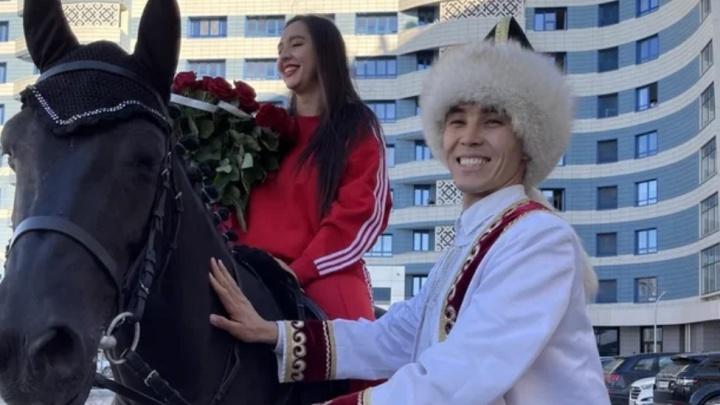 Уфимский блогер приехал к певице Маниже на черном коне и вручил ей букет роз, есть видео
