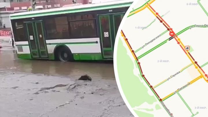 Транспорт пустили в объезд: в Ярославле из-за застрявшего в яме автобуса встал в пробку крупный проспект