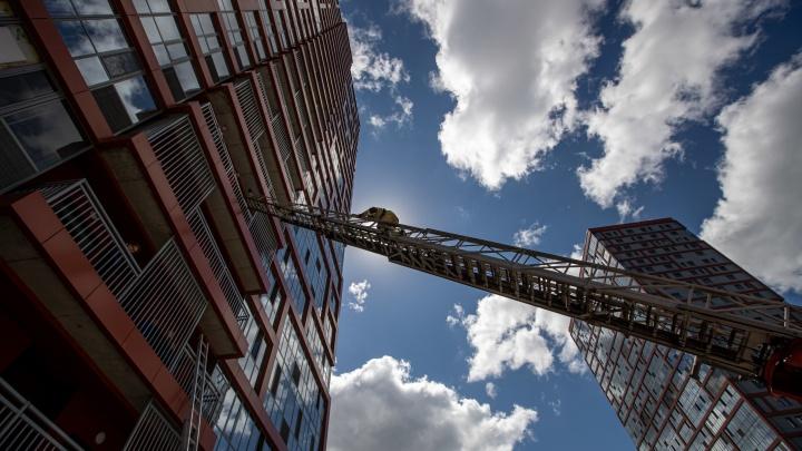 Бегом в противогазе на 26-й этаж: в Новосибирске пожарных проверили на прочность