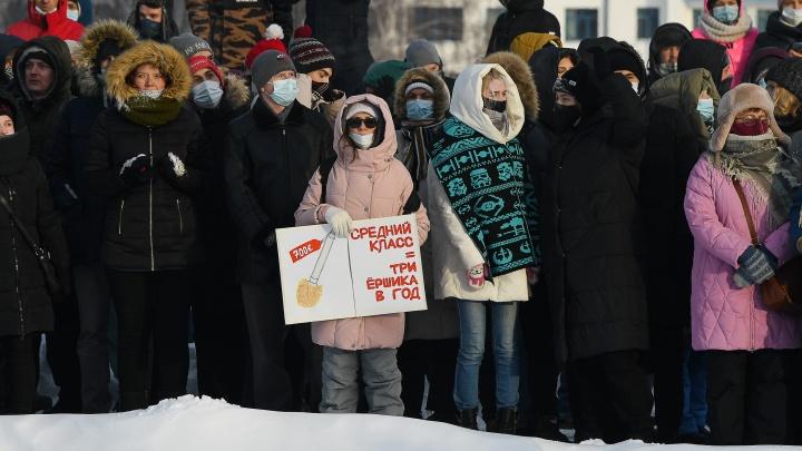 «Мы живем на складе грязи»: подборка плакатов с акции протеста в Екатеринбурге
