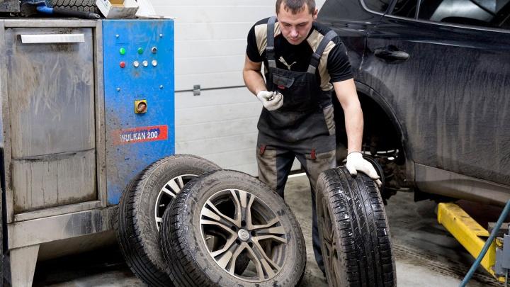 На шиномонтажах в Ярославле начался ажиотаж: как переобуть машину, избежав стояния в очереди